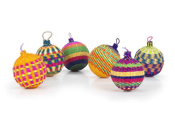 The Christmas balls Jipi are available in various colour combinations and in four sizes (6 cm, 7 cm, 8.5 cm and 12.5 cm Ø). Each bauble is unique and handmade by Colombian artesanos. © ames gmbh