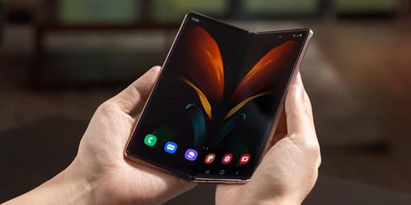 The Galaxy Z Fold 2 by Samsung is based on the design of the current Galaxy Note 20 series. On the inside, the user finds the large AMOLED display with 7.6 inch and a refresh rate of 120 hertz. On the outside, i.e. on the front in collapsed mode, is the 6.2 inch screen. © Samsung