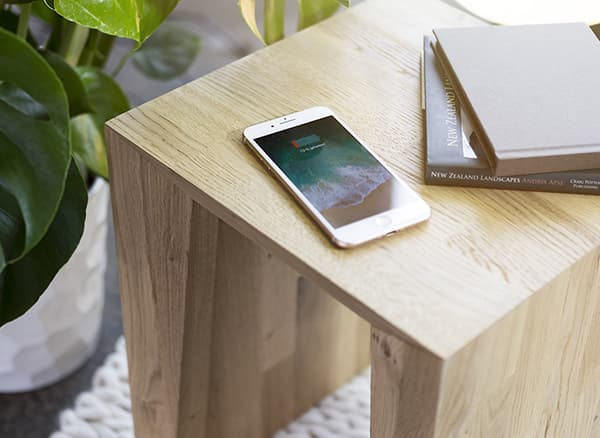 No more tangled cables and different plugs: The furniture manufacturer Barks produces furniture with integrated induction technology for wireless charging for smartphones, tablets and smart watches. © Barks furniture