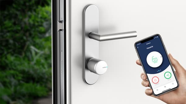 The Tedee door lock can be installed in minutes on any door with a Euro profile cylinder. There is no need to dismantle existing door fittings or drill or glue. Calibration is then carried out in a few steps via the app. © Tedee