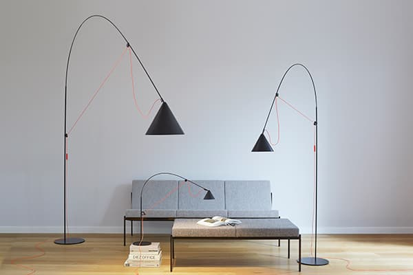 The central element of the Ayno luminaire is a flexible fibreglass rod stretched through the power cable © Midgard Licht / Photo: Peter Fehrentz