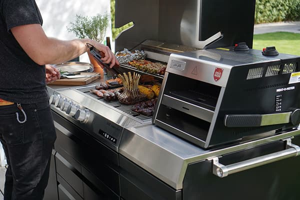 One of Otto Wilde's flagship products is the multi-adjustable O.F.B. top-heat grill with infinitely variable temperatures up to 900 °C. © Otto Wilde Grillers/Miele