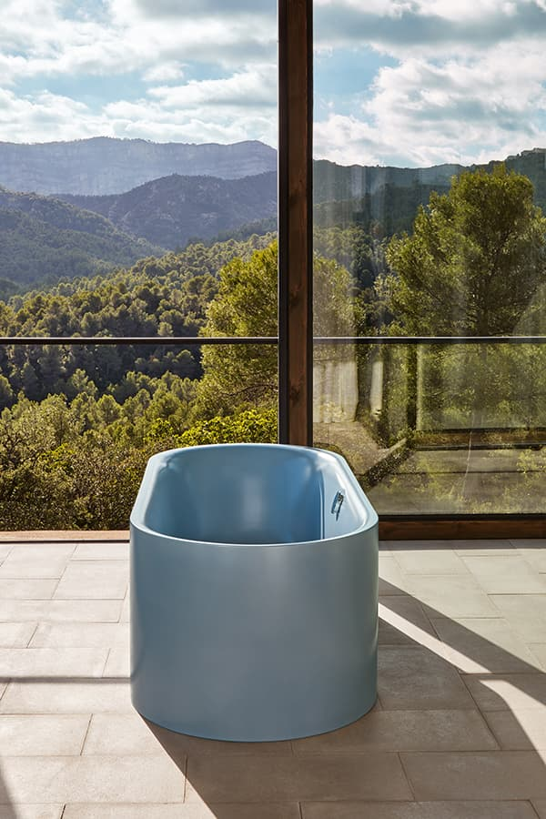 The BetteLux Oval bathtub sets colourful accents in the bathroom © Bette