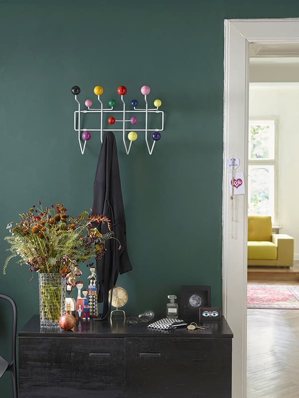 Variations in demand: spheres and a wire frame characterise Hang it all © Vitra