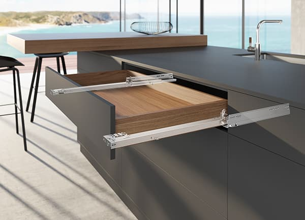 The new generation of the Actro5D for wooden drawers offers good performance for modern, large-format furniture design. Objects with a total weight of up to 70 kg can disappear in drawers. © Hettich