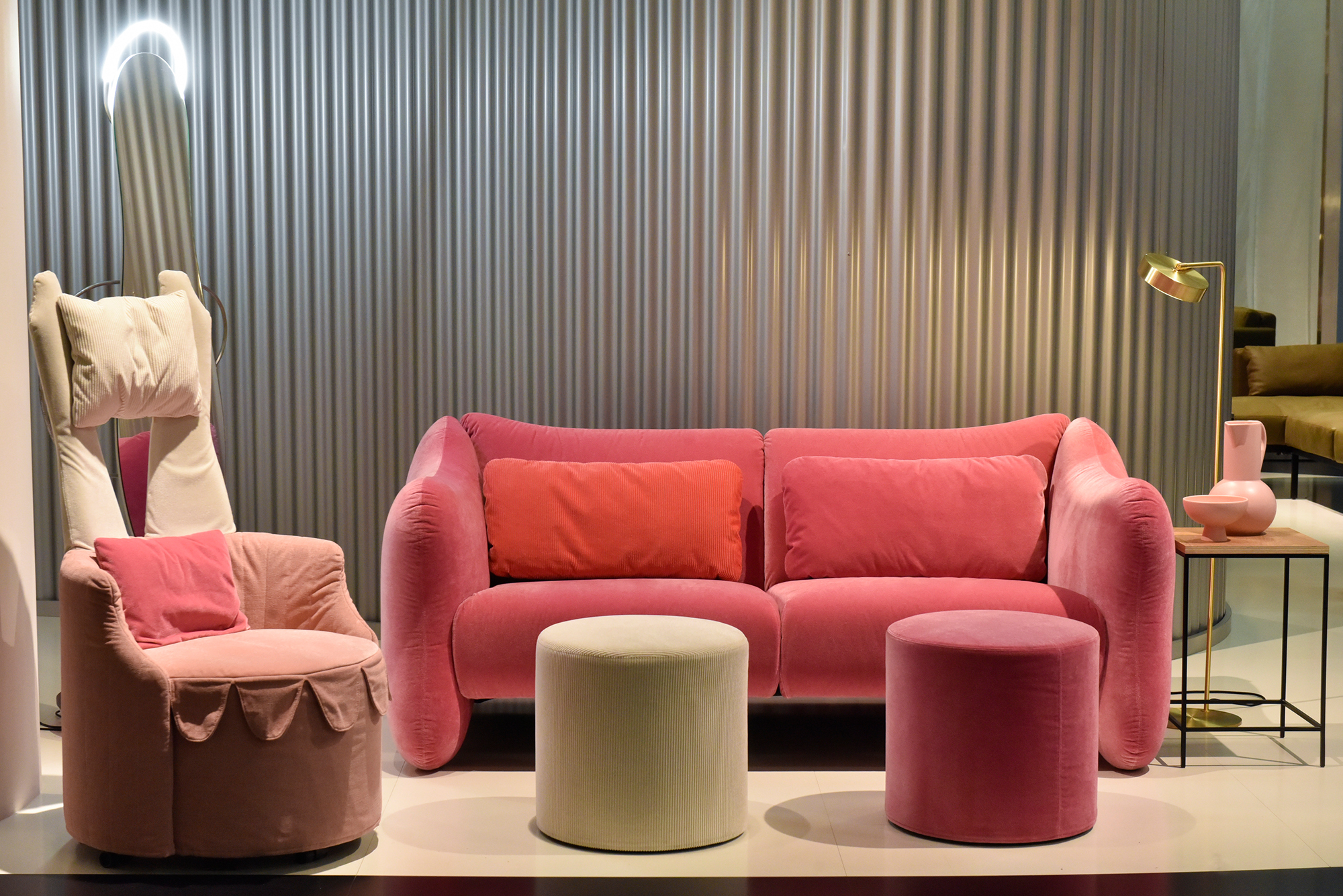 Things are finally getting more colourful and thus increasingly cosier in the living room and other spaces. However, things are also getting homier in the contract business: colour is also coming to play in offices and hotels, for example, with striking designs, such as those from Brühl seen here. © Koelnmesse