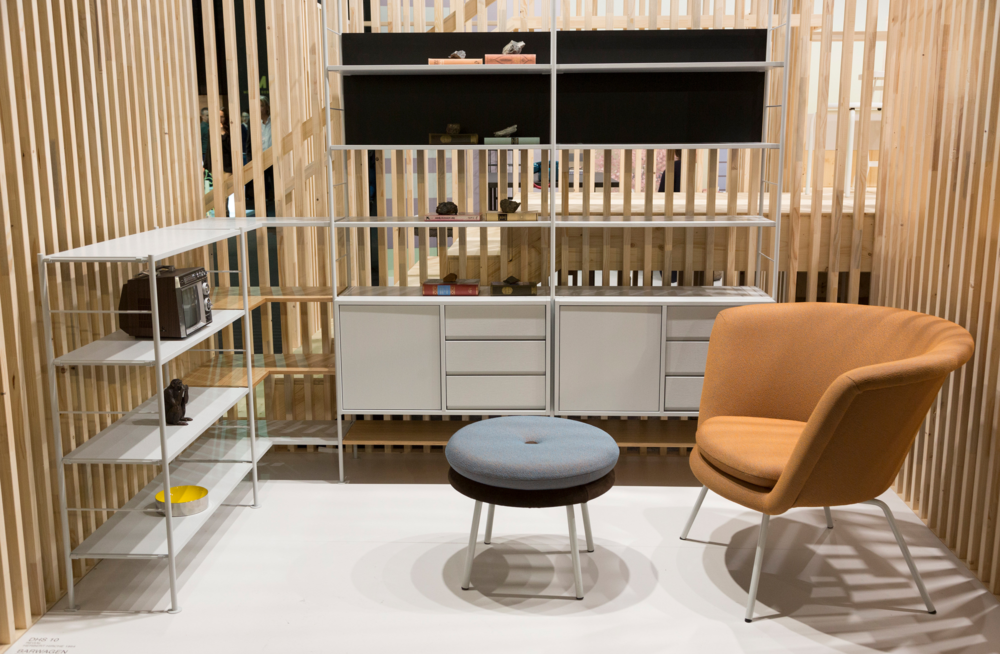 The trade fair stand of Richard Lampert at imm cologne 2020 was in fact one of the most innovative and showed the new furniture in narrowly separated rooms; visitors could view the rooms from above from a catwalk – a contribution to the mega-trend of