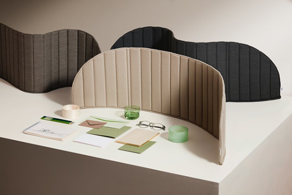 With the Focus table wall, Zilenzio meets the need for privacy. Thanks to its flexible construction, the textile wall screen adapts to a wide range of requirements and can be easily folded up after work. The complete series was presented in 2016 at the Orgatec in Cologne. © Zilenzio
