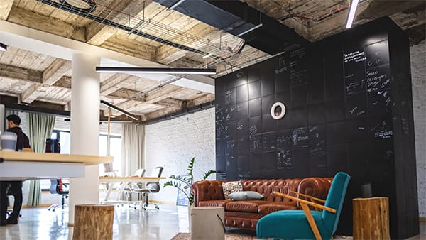 A changing world of work: attractive coworking spaces and office space with a contemporary design are more in demand than ever. © Canva