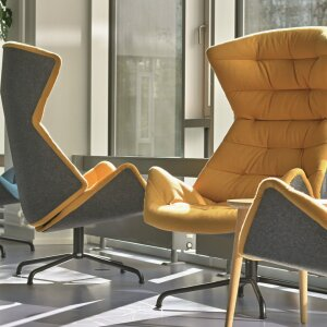 With the lounge chair 808 from Thonet, the cushioning lies on a seat shell of form fleece.