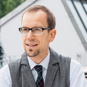 Jakob Steffen is a certified economist (minor in political science). He studied in Augsburg, Edinburgh (Heriot-Watt University) and Cologne, and specialised in monetary and interest theory/policy as well as competition theory and policy.