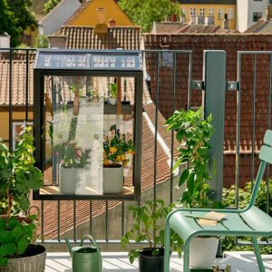An urban balcony with little floor space is still large enough for propagating seedlings. The balcony greenhouse by Danish company Juliana is compact and smart – the perfect companion for a city grower.