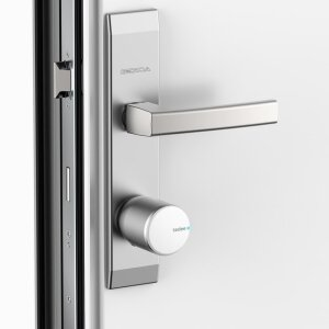 To install the smart door lock on the inside of the door, simply replace the existing cylinder with a length-adjustable security cylinder from Gerda, put the lock directly onto the cylinder and fix it with an Allen screw.