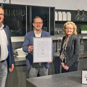 """VDM Managing Director Jan Kurth (centre), presents the certificate for """"Furniture Made in Germany"""" to Heidrun Brinkmeyer (right) and Heiko Ellersiek (left) from the management of Ballerina-Küchen."""